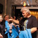 Na schitterend gezongen te hebben, ontvangen oud-leerlingen uit handen van mnr. Tasma een Montessori T-shirt.