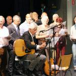 Mnr. van der Zee zingt samen met oud-collega's en collega's.