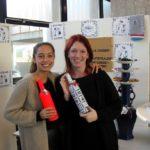 Jip en Lisa hadden als echte ondernemers een stand gemaakt om hun onderzoek klantgericht te presenteren.