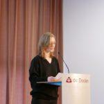 Hansje Veen leest haar zelfgeschreven verhaal voor. Het verhaal van Hansje is te lezen op de site: http://www.dekrachtvanrotterdam.nl/2015/02/17/schrijfles-op-het-rotterdams-montessori-lyceum/
