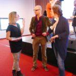 Schrijfster Sanneke van Hassel (links) in gesprek met docenten Cor de Jong en Hanneke van Kleef