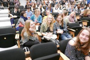 Marijn (links), Cootje (midden) en Eva (rechts) wachten op wat komen gaat