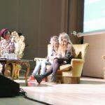 Presentatrice Evita de Roode (links) introduceert Nina (midden) en Jini (rechts)