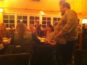 Dhr. Kitslaar maakt een ronde langs de tafels.