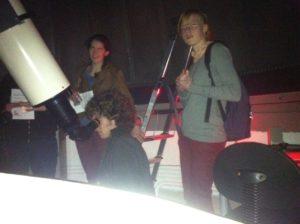 De telescoop wordt voor Esther en Esther gericht op de planeet Jupiter.