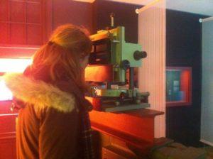 Jolien achter de spectrograaf