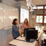 Eva en Frederike presenteren hun onderzoeksresultaten over chemotherapie