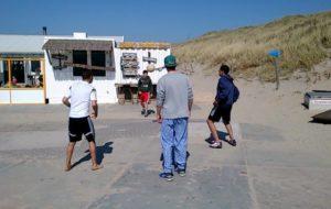 Voetballen aan het strand van Wijk aan Zee